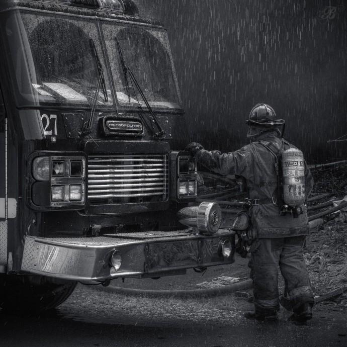 Пожарный автомобиль и пожарный